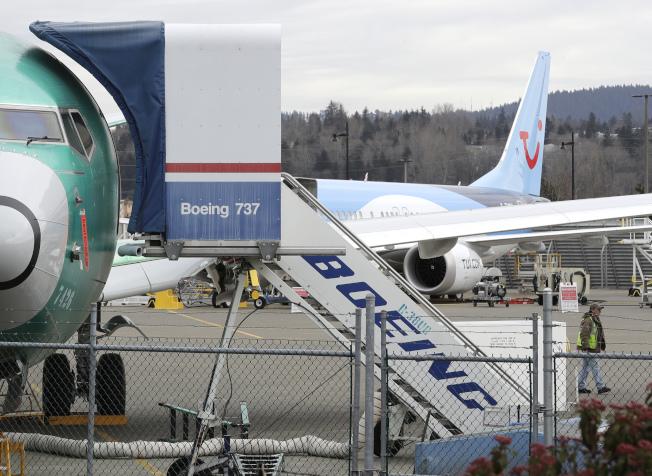 運輸部長趙小蘭19日下令調查聯邦航空管理局核准波音737 Max8型飛機商業營運的過程。圖為一架該型客機停在華盛頓州波音組裝廠外。(美聯社)