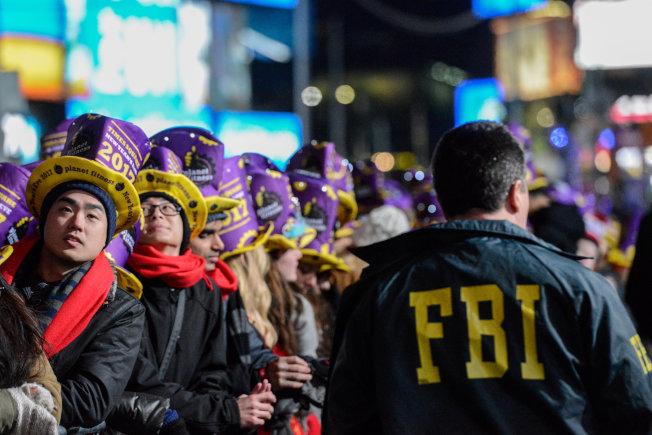 眾人狂歡慶祝新年時,FBI探員堅守工作崗位,維護公眾安全。(路透)
