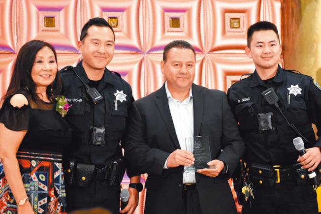 舊金山/上海協會會長李美玲(左一)頒發嘉許獎給服務肖化區12年的西裔巡警賀南達茲(右二),新加入的兩名華語巡警為江威甡(左二)及梁丹尼(右一)。(記者李秀蘭╱攝影)
