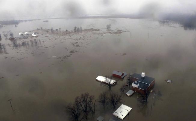 「炸彈氣旋」侵襲美國中西部農業大州內布拉斯加,大雨加上積雪融化導致水位升至歷史新高,農場和城鎮遭受嚴重洪災,目前已知至少4人死亡,農災損失估計超過10億美元。美聯