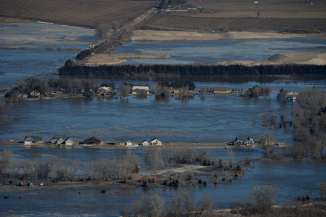「炸彈氣旋」侵襲美國中西部農業大州內布拉斯加,大雨加上積雪融化導致水位升至歷史新高,農場和城鎮遭受嚴重洪災,目前已知至少4人死亡,農災損失估計超過10億美元。路透