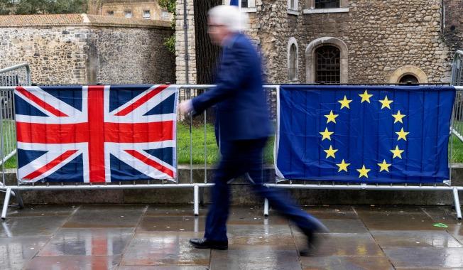 反對脫歐者在英國下議院附近懸掛的英國國旗和歐盟旗幟。(Getty Images)
