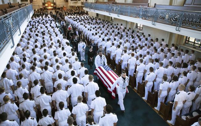 前國會參議員馬侃雖已下葬,川普對他餘怒未消,仍然嚴詞批評。圖為2018年9月馬侃以軍禮下葬美國海軍官校墓園。(Getty Images)