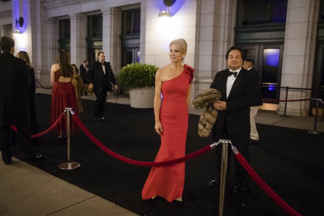白宮顧問康威的丈夫喬治康威與川普總統的罵戰升級,圖為康威夫婦盛裝準備出席川普的就職舞會。(美聯社)