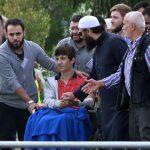 逃離敘利亞戰火卻死於槍擊 倖存兒坐輪椅淚送父兄下葬