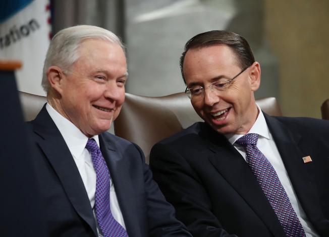 川普總統20日再度批評通俄案調查,再度把矛頭指向前司法部長塞辛斯(左),以及現任副部長羅森斯坦(右);但他也首度表示,應公布報告。( Getty Images)