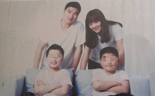 徐溯峰(後排左)和妻子余彩(後排右)、孩子的唯一全家福合照。(余彩提供)