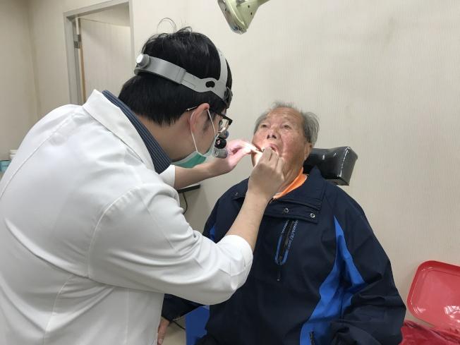 吳姓患者因長期左側喉嚨疼痛,經耳鼻喉科醫師張耕閤檢查後發現有「扁桃腺結石」。(圖:嘉義醫院提供)