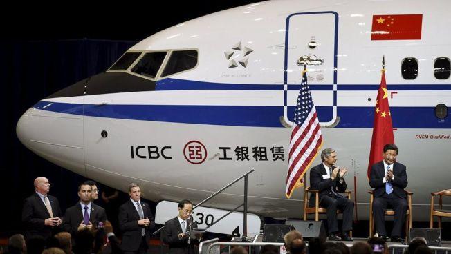 中國考慮將波音737 MAX從購買美國貨品的名單中剔除,可能阻礙中美貿易談判進度。圖為中國國家主席習近平(右一)2015年9月訪波音總部,和波音總裁(右二)會面。(路透資料照片)