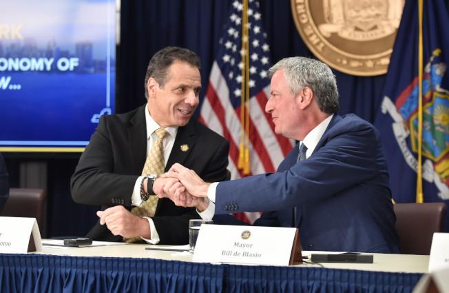 白思豪(右)表示特殊高中錄取制度必須改,但不同意葛謨(左)所說的市府先改其中五所,強調要州府立法一次性解決。(本報檔案照)