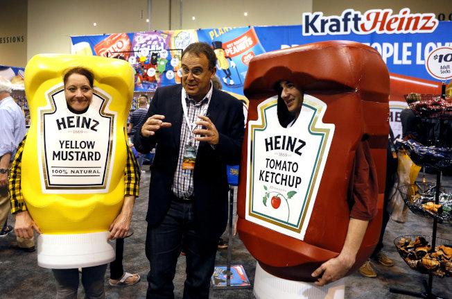波克夏公司股東大會現場還出售公司投資企業的產品,圖為海恩茲食品公司的番茄醬。(路透)