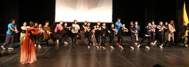 觀眾上台學習中國古典舞。(記者謝哲澍╱攝影)