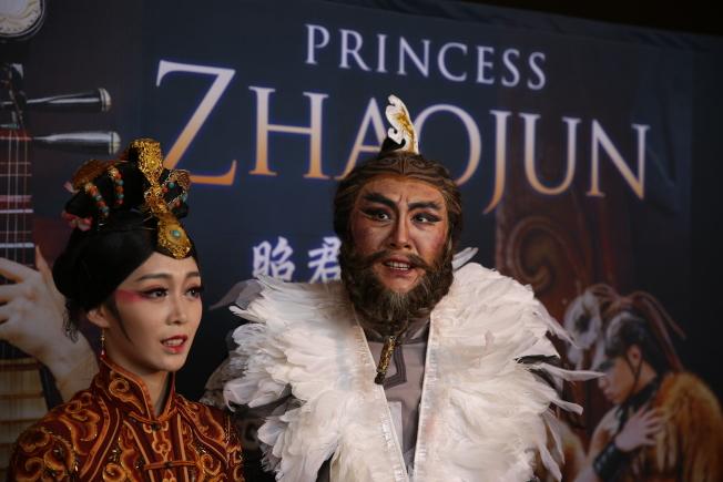 扮演昭君的竇率方(左起)和飾演大單于的朱寅。(記者洪群超/攝影)
