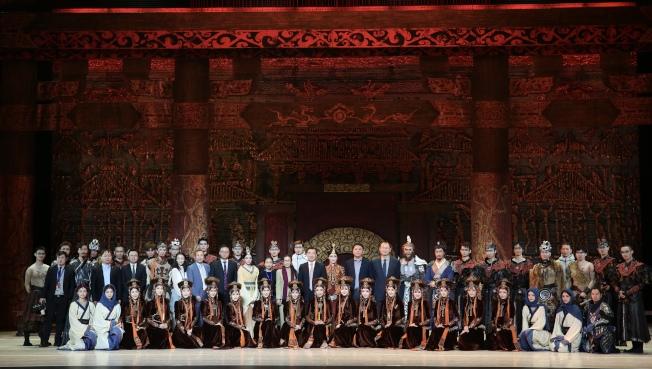 中國駐紐約總領事黃屏等與全體演員合影留念。(記者洪群超/攝影)