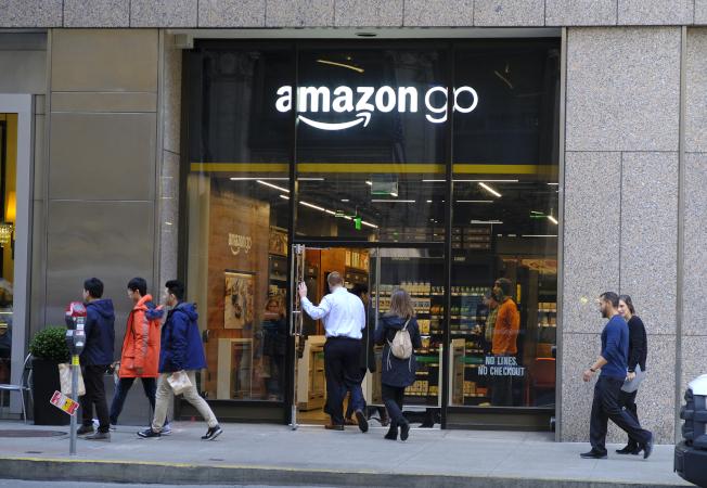 隨著亞馬遜逐漸進入實體零售業,分析師預測其威脅將進一步擴大。圖為消費者進出舊金山的亞馬遜商店。(美聯社)