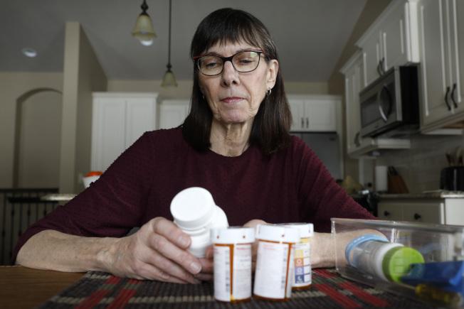 罹患肺癌的愛阿華州退休教師歐卡特每年第一個月要付2600元藥費,然後每月要支付750元,每年藥費即近1萬1000元。(美聯社)