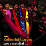 中國大媽又上國際熱搜! 示範用五彩圍巾、落葉拍出「精氣神」