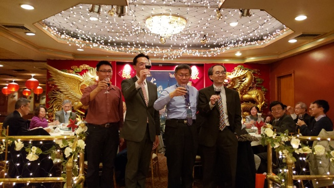 經文處長徐佑典(左二)、台北市長柯文哲(右二)邀波士頓台灣人生物科技協會共同會長鄭永志 (左)、波城生科界代表李政欣(右),和百名與會者共同舉杯慶祝交流和訪問成功。(記者唐嘉麗/攝影)