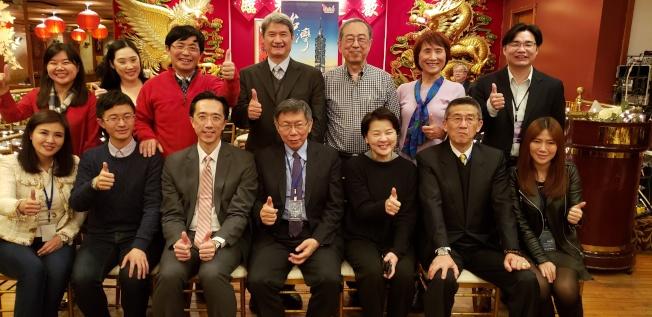 與會者分桌次與台北市長和議員合影。(記者唐嘉麗/攝影)