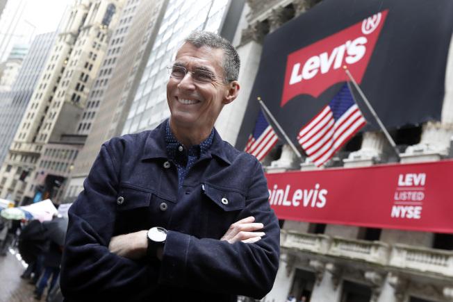 牛仔褲公司Levi Strauss(Levi's)執行長柏格21日在紐約證交所,迎接公司二度掛牌上市。美聯社