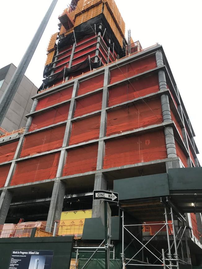 高778呎、67層樓的商住混合型住宅Skyline Tower預計將在明年年底完工。(記者牟蘭/攝影)
