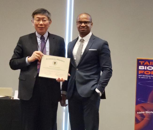 麻州長科技創新暨企業廳助理廳長考克斯(Damon Cox,右)代表州長致贈歡迎狀給柯文哲。(記者唐嘉麗/攝影)