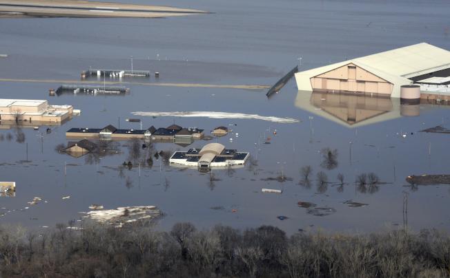 內布拉斯加州的奧福特空軍基地因密蘇里河的洪水氾濫,使近80棟基地建築被洪水圍困多日,部分水位達七呎深。(美聯社)