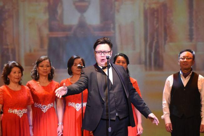 萬雪峰獨唱歌劇「卡門」選段「鬥牛士之歌」。(鄉音合唱團提供)