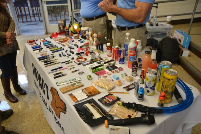 講座展示大批從學校搜出的電子菸,外表看似閃存盤、可樂罐、手飾圈、電子筆、打火機、電插頭等,內藏毒品。(記者丁曙/攝影)