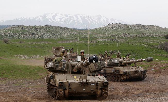 以色列坦克在戈蘭高地上演習。(路透)