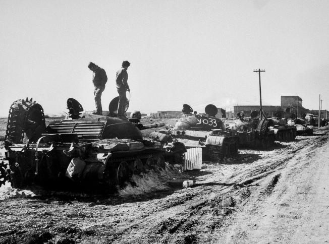 1973年以色列和敘利亞交戰,圖為以軍士兵檢視被擊毀的敘軍坦克。(美聯社)