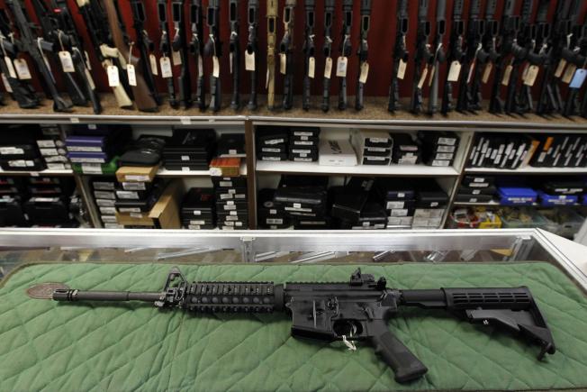 加州槍枝彈藥新法將於7月1日上路,擁槍者趕在新法要求更嚴格的背景調查前,開始儲備彈藥,許多槍店近幾個月彈藥銷量增長10%以上。(美聯社)