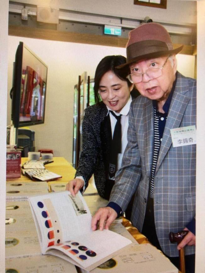 國家文藝獎得主李錫奇(右)22日辭世。(圖:文化部提供)
