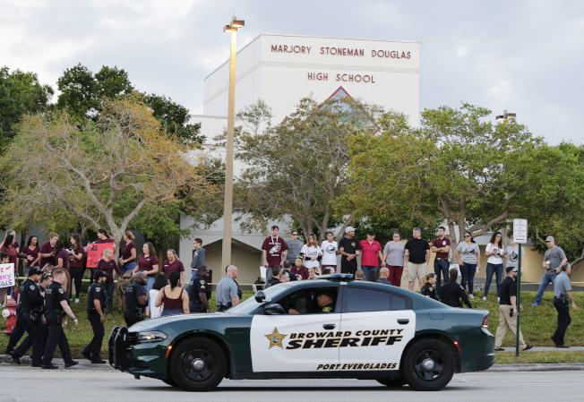 佛州帕克蘭道格拉斯高中17死槍案才過一周年,這一周內驚傳兩倖存者人自殺。(美聯社)