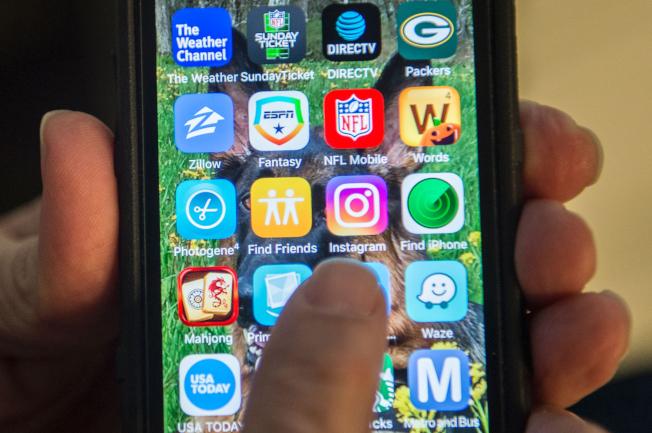 人們對智慧手機的依賴程度愈來愈高,但對手機程式可能偷聽或監控使用者的疑慮也增加。(Getty Images)