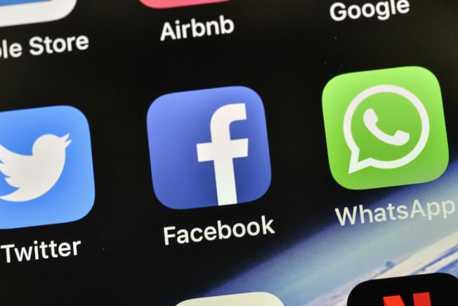 許多熱門應用程式,會將使用者的敏感私人資料傳給臉書。(美聯社)
