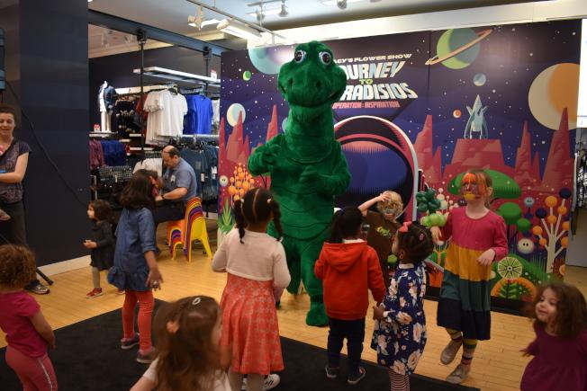孩子們開心地隨著音樂與恐龍起舞。(記者顏嘉瑩/攝影)