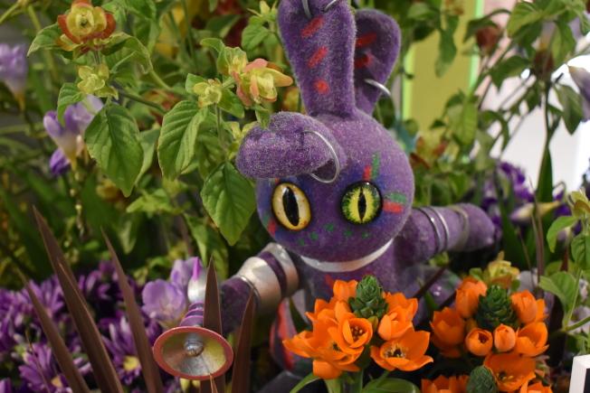 可愛的外星生物藏身在花叢中。(記者顏嘉瑩/攝影)