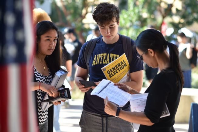 年輕人離開校園後要落腳何處,是人生重要選擇。(Getty Images)