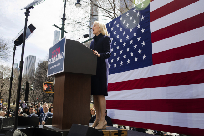 民主黨總統參選人、紐約州聯邦參議員陸天娜24日在紐約曼哈頓的川普國際酒店大樓前,發表宣布參選後的首次重要演講。(美聯社)