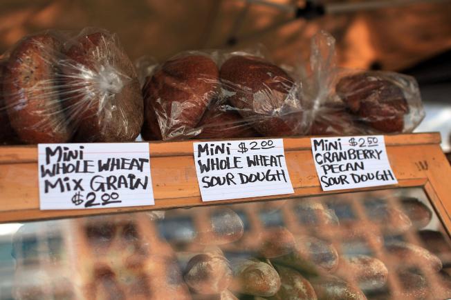 酸麵包含有乳酸桿菌,可以增強人體的免疫系統。圖為紐約市一間烘培坊販售的酸麵包。(Getty Images)