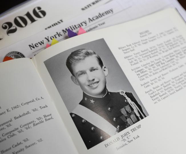 川普總統曾就讀紐約上州的紐約軍校,圖為1964年畢業紀念冊上的川普照片。(美聯社)