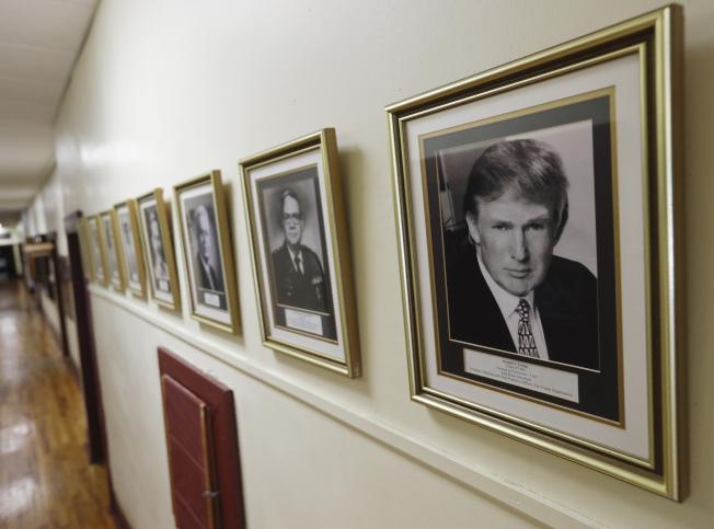 紐約軍校走廊上,掛著川普總統的照片。(美聯社)