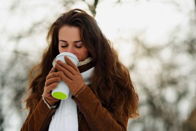 咖啡因會促使你排尿,而尿液比周圍溫度還高,這會減少身體的熱能,讓體溫下降。 圖/ingimage