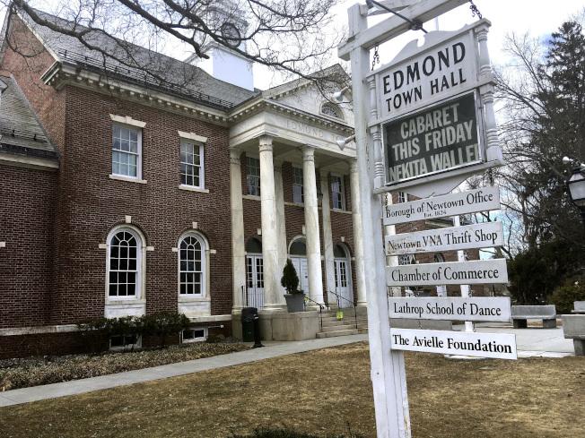 珊迪虎克小學校園槍案受害學生父親里奇曼自殺,圖為市政廳外掛有他為女兒成立的「艾薇兒基金會」的牌子。(美聯社)