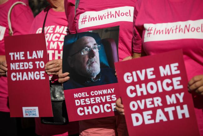圖為維權組織示威支持安樂死。(Getty Images)
