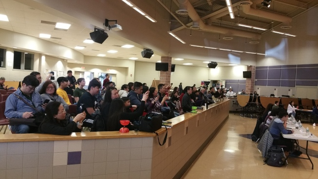 新澤西州中文學校協會扯鈴比賽,家長在觀眾席觀賞、錄影,關心戰績。(記者孫影真/攝影)