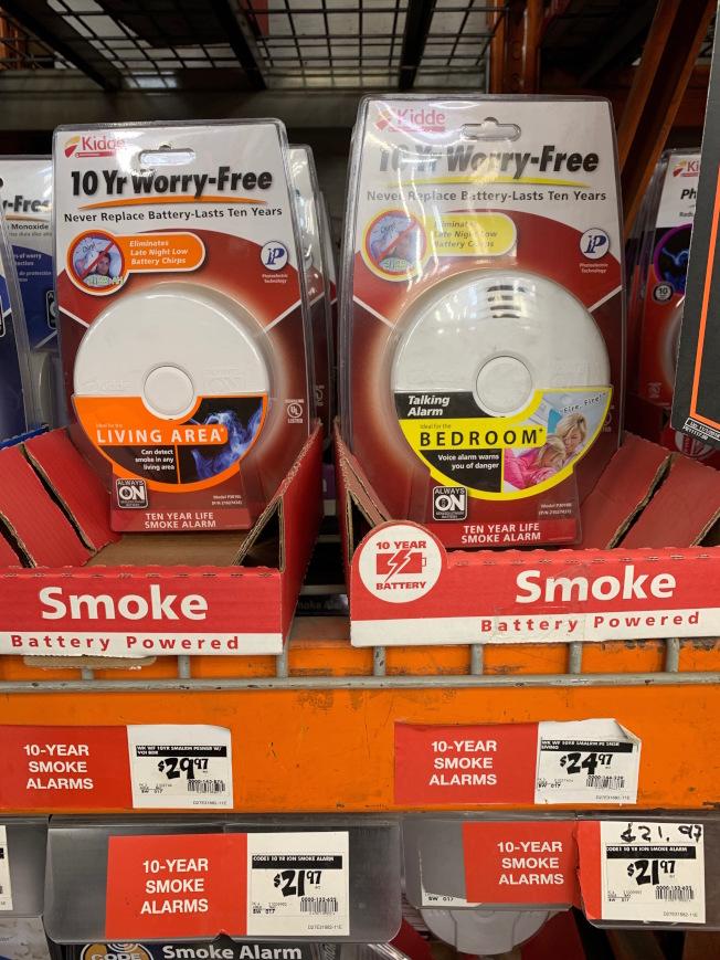 「十年免忧虑」产品标榜十年无需更换电池或担心烟雾警报器损坏。(记者赖蕙榆/摄影)