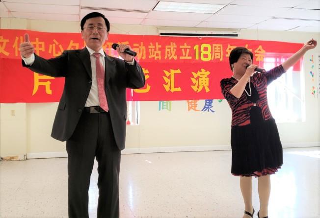 牛頓區會員潘旭華(右)、江宇德對唱「為了誰」。(記者唐嘉麗/攝影)