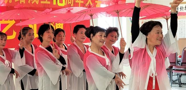 勒星頓區會員李俊慧等表演馮立寧編舞的「美人吟 」(記者唐嘉麗/攝影)
